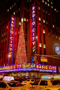 City Music Hall Christmas Decoration Radio City Music Hall during Christmas! Also known as watching my dream careerRadio City Music Hall during Christmas! Also known as watching my dream career Rockettes Christmas, Nyc Christmas, Christmas Lights, Places Ive Been, Places To Go, Christmas Spectacular, Voyage New York, I Love Nyc, Sea To Shining Sea