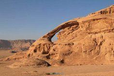 Foto's uit Wadi Rum in Jordanië: rotswanden van zandsteen in de ...