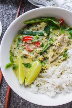 Low FODMAP Thai green curry - fresh, flavorful, and IBS friendly. Made without onion, garlic, or other high FODMAP foods typically in traditional curries Diet Soup Recipes, Healthy Chicken Recipes, Meat Recipes, Indian Food Recipes, Oriental Recipes, Meat Meals, Chicken Meals, Potato Recipes, Free Recipes