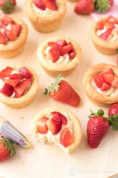 You will absolutely LOVE these strawberries and cream cookie cups made with my signature cream made with my beloved condensed milk Yummmm! These cuties taste like heaven and are so fresh! Easy No Bake Desserts, Best Dessert Recipes, Cheesecake Recipes, Delicious Recipes, Appetizer Recipes, Strawberry Swirl Cheesecake, Strawberry Desserts, Cheesecake Strawberries, Strawberry Sauce