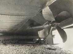 """Blick von unten in den backbordseitigen Schraubentunnel des Bootes """"Breisach"""". Im Hintergrund ist die Auflagerung auf den Hellingswagen zu sehen. Aufnahme aus dem Jahr 1933"""