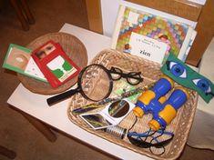 www.jufjanneke.nl | Ontdekkast- of doos (ideeën) Toddler Preschool, Preschool Activities, Vans Top, Professor, Becoming A Teacher, School Hacks, School Tips, Mamas And Papas, Busy Bags