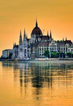 Budapest, Hungary ~ Edificio del Parlamento, en la Rivera de el Danubio
