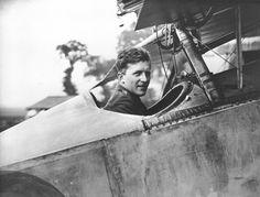 Le capitaine William A. « Billy » Bishop assis dans le cockpit de son Nieuport Scout, le 6 août 1917, à l'époque où il fait partie du 60e Escadron du Royal Flying Corps. PHOTO : MDN