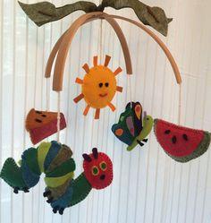 Hungry Caterpillar, mobile bébé, mobile de lit, lit mobile, papillon, insectes, libellule, coléoptère, lézard, jardin, poterie, bébé tout au naturel