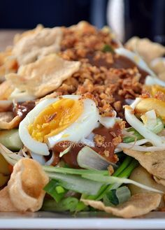 Gado Gado is een Indonesisch groentegerecht. Vegetarian Recipes, Cooking Recipes, Healthy Recipes, Malaysian Food, Indonesian Food, Asian Cooking, I Love Food, Soul Food, Asian Recipes