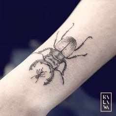 I had the pleasure of welcoming the blogger Georgia secret in my studio for this little beetle with ant :) J'ai eu le plaisir d'accueillir la blogueuse Georgia Horackova afin de réaliser ce petit scarabée protégeant un fourmi. By KALAWA Tattooer - Tattoo dotwork artist from Aix-en-provence (FRANCE)