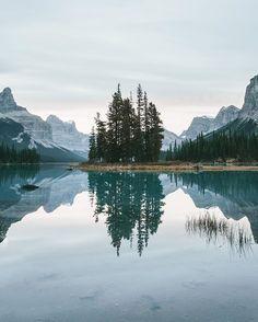 Nᴀᴛᴜʀᴇ EᴀʀᴛʜTʀᴀᴠᴇʟ ~Sᴀʏᴅᴀᴍ Sᴏʏ: Have a great day 🙋 Wonderful photo by 👏 Alberta Landscape Photography, Nature Photography, Travel Photography, Landscape Photos, Beautiful World, Beautiful Places, Rivers And Roads, Photo Deco, Destinations