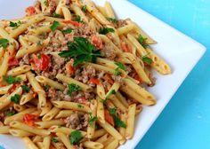 Le penne salsiccia e pomodoro costituiscono un primo piatto saporito e semplice da fare seguendo questi step.