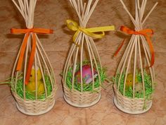 Weaving Designs, Easter Egg Crafts, Newspaper Crafts, Ideias Diy, Paper Basket, Weaving Art, Paper Jewelry, Holidays And Events, Basket Weaving