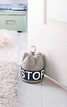 31 Concrete Crafts and DIY Projects Cement Art, Concrete Cement, Concrete Furniture, Concrete Crafts, Concrete Projects, Concrete Design, Diy Furniture, Diy Projects, Diy Doorstop