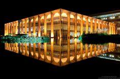 """Fotografias noturnas das obras de Oscar Niemeyer em Brasília são premiadas no International Photography Awards de 2013. """"Brasília de Niemeyer"""", a série de fotografias, captura a arquitetura surreal de Oscar Niemeyer, que moldou a capital brasileira por mais de 50 anos. Palácio do Itamarati, sede do Ministério das Relações Exteriores.  Fotografia: Andrew Prokos."""
