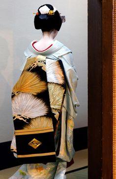 Maiko Ayakazu wears an obi decorated with a pine motif in gold and silver during Miyako Odori Geisha Japan, Geisha Art, Japanese Geisha, Japanese Kimono, Kyoto Japan, Okinawa Japan, Japanese Textiles, Japanese Fabric, Traditional Kimono