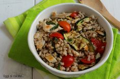 L'insalata di orzo con pollo e zucchine è un piatto unico tipicamente estivo, fresco e sfizioso, con pomodorini e basilico, per un pranzo gustoso ma leggero