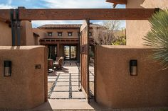 Whisper Rock Residence by Tate Studio Architects Southwestern Home, Southwest Style, Interior Design Images, Interior Design Inspiration, Tiny House, Mud House, Courtyard Entry, Courtyard Ideas, Patio Ideas