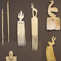 Peines y otros objetos en marfil. Naqada II. Representaciones antropoformas y zoomorfas.