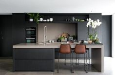 Just the right contemporary Kitchen furniture can make quite a difference both in comfort and eye appeal. See these kitchen furniture picks for ideas. Green Dining Room, Kitchen Dinning, Home Decor Kitchen, Interior Design Kitchen, New Kitchen, Kitchen Cupboards, Island Kitchen, Kitchen Sinks, Kitchen Modern