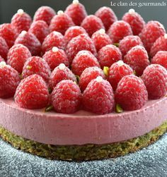 mousse framboise et biscuit pistache Oreo Dessert, Desserts With Biscuits, French Patisserie, Chocolate Cheese, Cupcake Recipes, Toffee, Coco, Sweet Recipes, Sweet Treats
