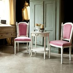 Classic with blush Interiores Shabby Chic, Mood Images, Shabby Chic Interiors, Teak, Dining Chairs, Country, Kitchen, Furniture, Design