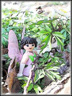 Buschwindröschen  von Cicely Mary Barker   Was im Walde jetzt geschieht? Wenn der Frühling einzieht, winken, um die Sonne zu grüßen, unendlich viele Sterne den Bäumen zu Füßen.   Buschwindröschen nicken Und blicken Mit Sternengesicht. Buschwindröschen geben Dem Wald ihr weißes Licht.