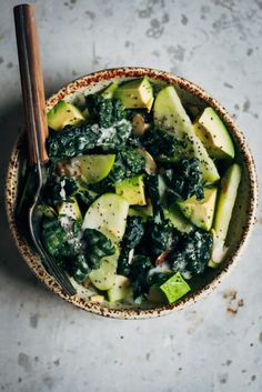 Ensalada de col rizada + manzana w / aderezo cremoso de coco yogur |  Bueno y completa |  #recipe #vegan
