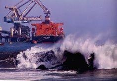 """Tocopilla: un mar no muy amistoso le hace las cosas difíciles al bulker """"Torm Marta"""" (IMO 9140542), atracado al terminal de combustibles del puerto. (Foto 1998)"""