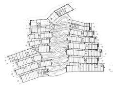 Dans les hauteurs de Revin (Ardennes), le lycée polyvalent Jean-Moulin accueille ses élèves dans ses nouveaux murs, conçus par l'agence d'architecture Duncan Lewis. Le vaste bâtiment tâche de se fondre dans le flanc de la montagne tout en offrant à ses occupants des vues splendides sur la vallée de la Meuse. Plan