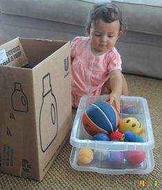 Brincadeira para bebês com bolas e caixas - Gabi e o material