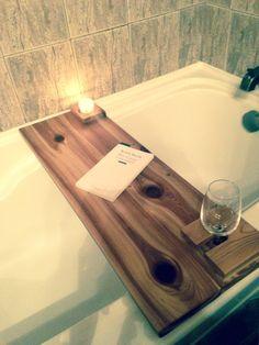 Pour relaxer. Bathtub Board, Bathtub Tray, Bathtub Caddy, Pallet Crafts, Diy Wood Projects, Home Projects, Woodworking Projects, Bathroom Caddy, Bathtub Decor