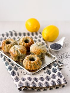Jestli máte rádi kombinaci máku a kyselejšího citronu, přijdete si na své u těhle muffinů. A zvlášť, jestli nemáte mlýnek na mák, protože ... Baking Muffins, Sweet Recipes, Cereal, Deserts, Food And Drink, Sweets, Breakfast, Cupcakes, Lemon