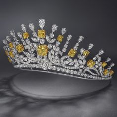 alert from Now I NEED a tiara in my life! A classic beauty - a tiara from is the ultimate symbol of elegance. Royal Crowns, Royal Tiaras, Tiaras And Crowns, Royal Jewelry, High Jewelry, Diamond Jewelry, Yellow Jewelry, Garnet Jewelry, Silver Jewellery