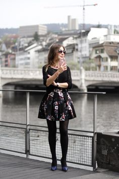 STYLING PARKA: FEMININE AND CHIC, floral skirt, how to wear floral skirt, total black