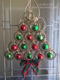 Canning Lid Christmas Tree Door Hanger - such a pretty craft to make using mason jar lids! #christmasdecorationsdiy