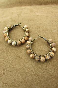 Paire de boucles d'oreilles, anneaux, créoles gypsy avec pierres jaspes ocre, marron, beige et fil de fer bronze. Terreux, hippie, naturel