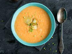 Pastinaken-Möhren-Suppe mit knusprigen Pastinaken-Chips