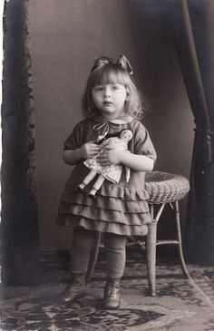 vintage everyday: 30 Vintage Photos of Little Girls Posing with Their Dolls