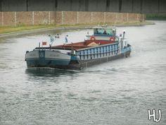 une péniche sur la Seine  canaux fluvial