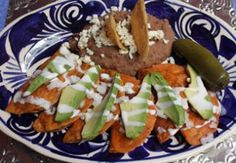 Enchiladas Potosinas This is the best way to eat enchiladas potosinas with avocado, sour cream on top and fried beans, yomi! Real Mexican Food, Mexican Cooking, Mexican Food Recipes, Drink Recipes, Enchiladas Potosinas Recetas, Mexican Enchiladas, Fried Beans, Mouth Watering Food, Food Inspiration
