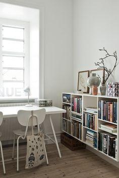 wood n white. home office inspiration Bureau Shabby Chic, Shabby Chic Office, Home Office, Office Desk, Zen Office, Office Furniture, Deco Studio, Sweet Home, Minimalist Living