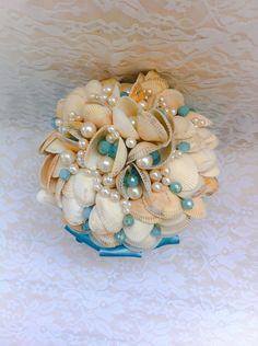 Buquê de conchas do mar, com perolas e cristais azul turquesa,acabamento de qualidade com fita de cetim na mesma cor das pedras.