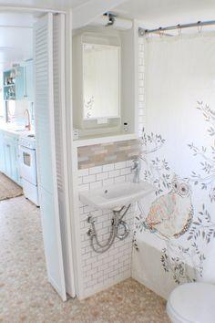 Amazing Tiny House Bathroom Shower Tub Ideas (15)