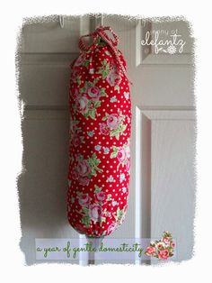 After the simple makeover to my small pantry cupboard on Monday I promised a tutorial for making a very easy, but cheery, dispenser fo. Diy Bags Holder, Carrier Bag Holder, Plastic Bag Holders, Sewing Hacks, Sewing Tutorials, Sewing Projects, Sewing Tips, Sewing Ideas, Grocery Bag Holder