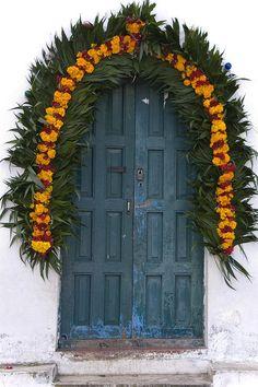 "puertas de la capilla decorada para Día de los Muertos.    ""A chapel door at the church in Zinacantan, Chiapas, Mexico is decorated for Day of the Dead. Marigolds and cockscomb are typical decorative items for this special day to honor the dead."""