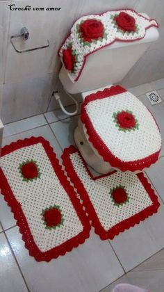 Crochet white and red granny bathroom set ❤LCB-MRS❤️ with diagram----- Crochê com amor: PAP - Jogo de banheiro 4 peças - Salvabrani Crochet Diy, Crochet Home, Love Crochet, Crochet Crafts, Crochet Doilies, Crochet Projects, Beautiful Crochet, Knitting Patterns, Crochet Patterns