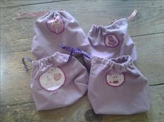 Tuto petits sacs à soufflet avec lien coulissant Ballet Dance, Dance Shoes, Couture, Lunch Box, Clutch Bag, Small Sized Bags, Tuto Sac, Suitcase, Clutch Bags