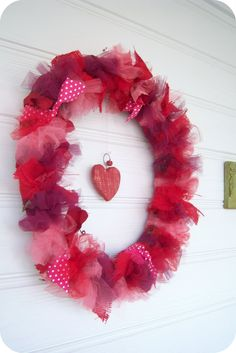 bubblewrappd: Valentine Wreath! I might actually be able to do this myself.