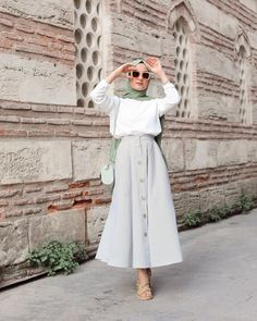 G r nt n n olas i eri i bir veya daha fazla ki i ayakta duran insanlar ve a k hava Hijab Fashion Summer, Modest Fashion Hijab, Modern Hijab Fashion, Street Hijab Fashion, Casual Hijab Outfit, Hijab Fashion Inspiration, Islamic Fashion, Muslim Fashion, Hijab Dress