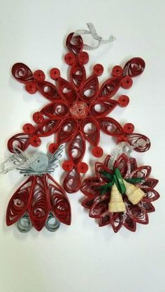 Set ornamente rosu pentru brad Ornament Wreath, Quilling, Brooch, Wreaths, Crafty, Jewelry, Decor, Bedspreads, Jewlery