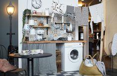 Bryggers fyldt med farverige fliser, vasketøj på snor, en vasketøjskurv og en plads, hvor du kan slappe af og læse.