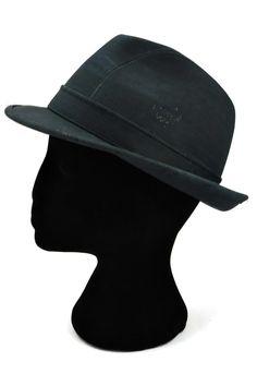 """""""Trilby"""" ist ein Hut aus wasserabweisendem Korkleder. Deine natürliche Kopfbedeckung! Handgefertigt in Portugal, aus natürlichem Kork. Kork ist ein nachwachsender Rohstoff und 100% vegan. Nachhaltig und fair. Dein umweltfreundliches Modeaccessoire für jedes Wetter! Grösse 57, Rand 4 cm, Höhe 10 cm. Jetzt bestellen: www.korkeria.ch   #kork #hut #korkeria #vegan #umweltfreundlich #herrenmode Portugal, Outfit, Fashion, Berets, Europe, Accessories, Headboard Cover, Dark Blue, Leather"""